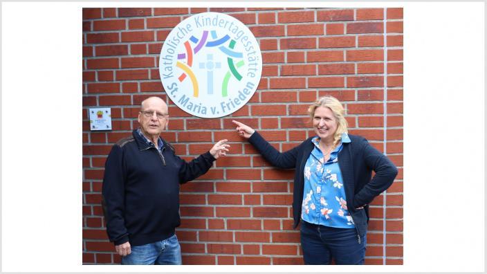 Hanno Bremer und Angelika Penack-Bielor vor der KITA Maria vom Frieden